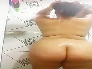 BBW teased while taking a bath